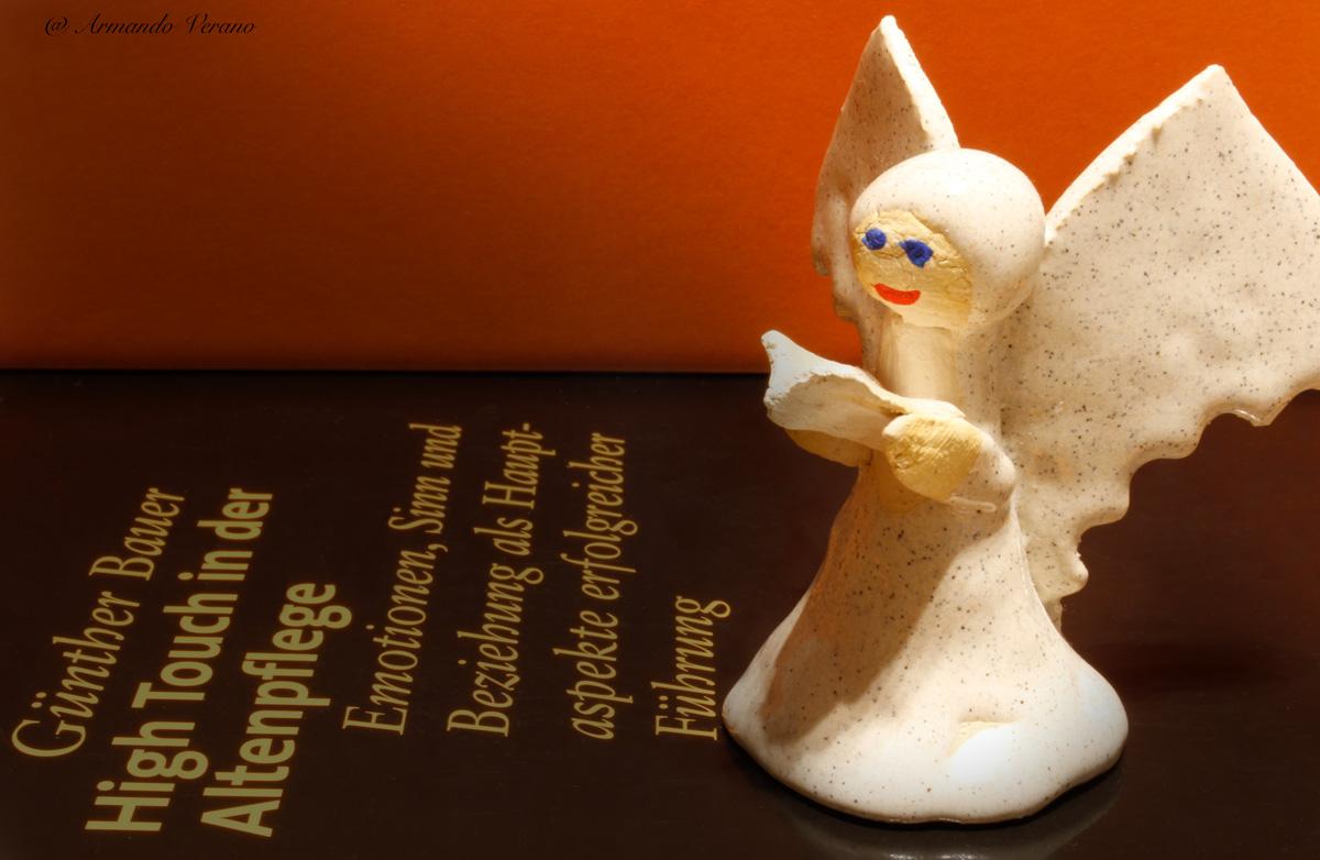 Engel-liest-vor-Die Erschaffung des Altenpflegers