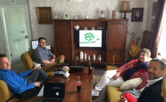 Juno und Armando zum Kooperationsmeeting bei Pflegix (von links Thomas Wötzel und Andreas Helget, hinter der Kamera Tim Kahrmann)