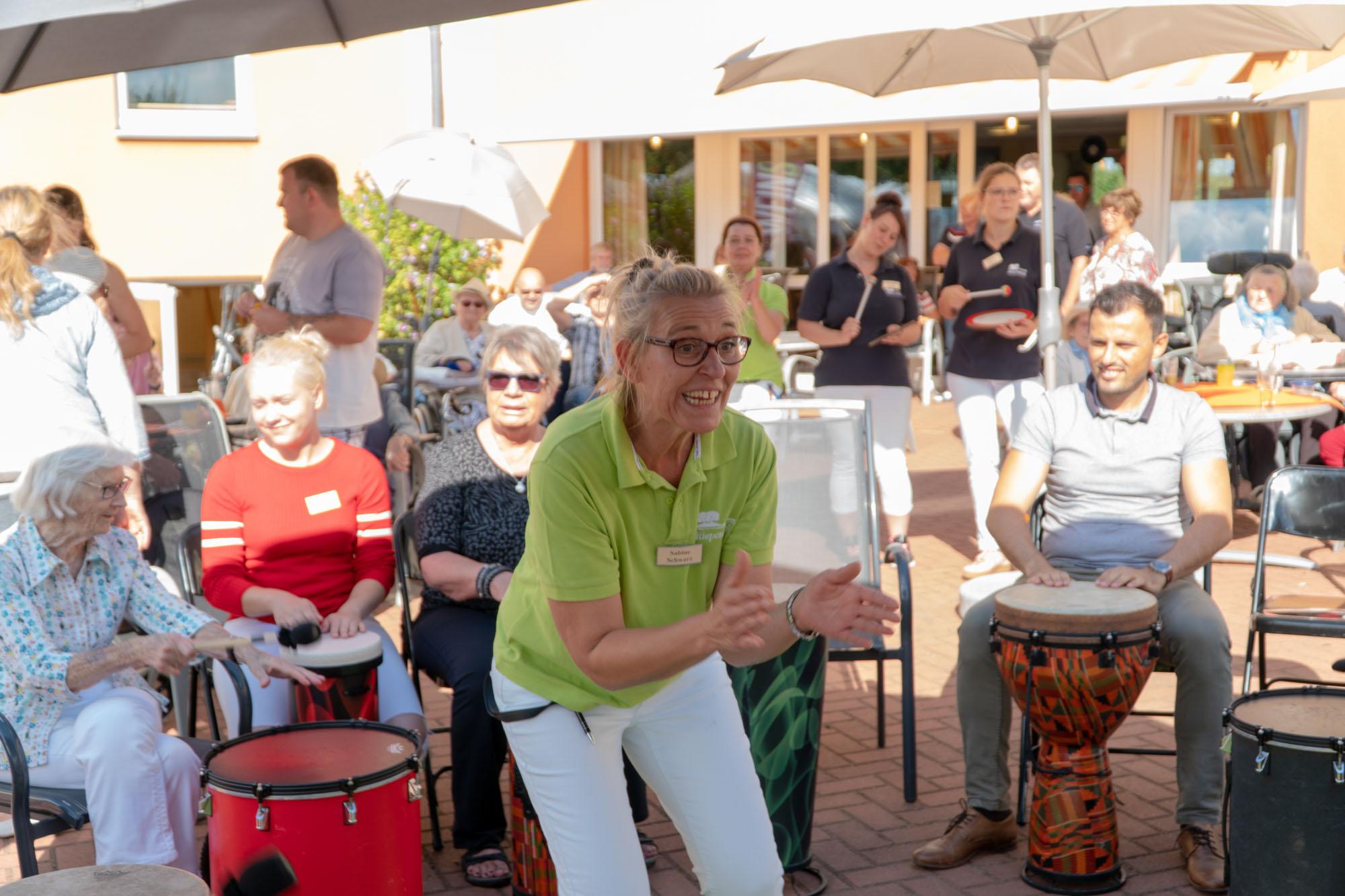 Wir Sind Altenpflege Seniorendomizil Riepenblick Sommerfest Drum Circle11. August 2018 ARMAMDO VERANO-39