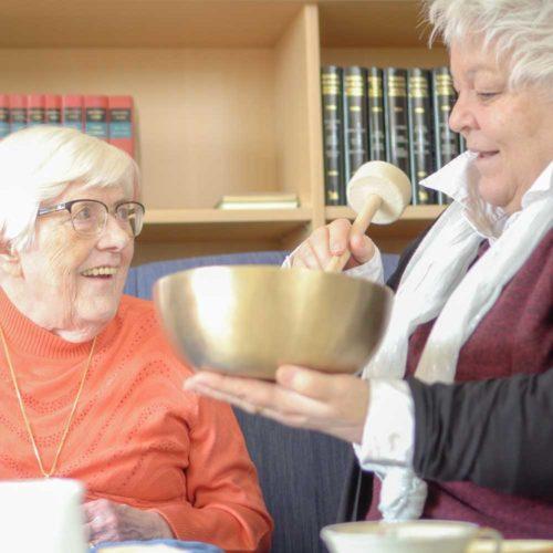 Tietelbild-PtereHess-Klangschalen-Online-Kurs-Wir-Sind-Altenpflege