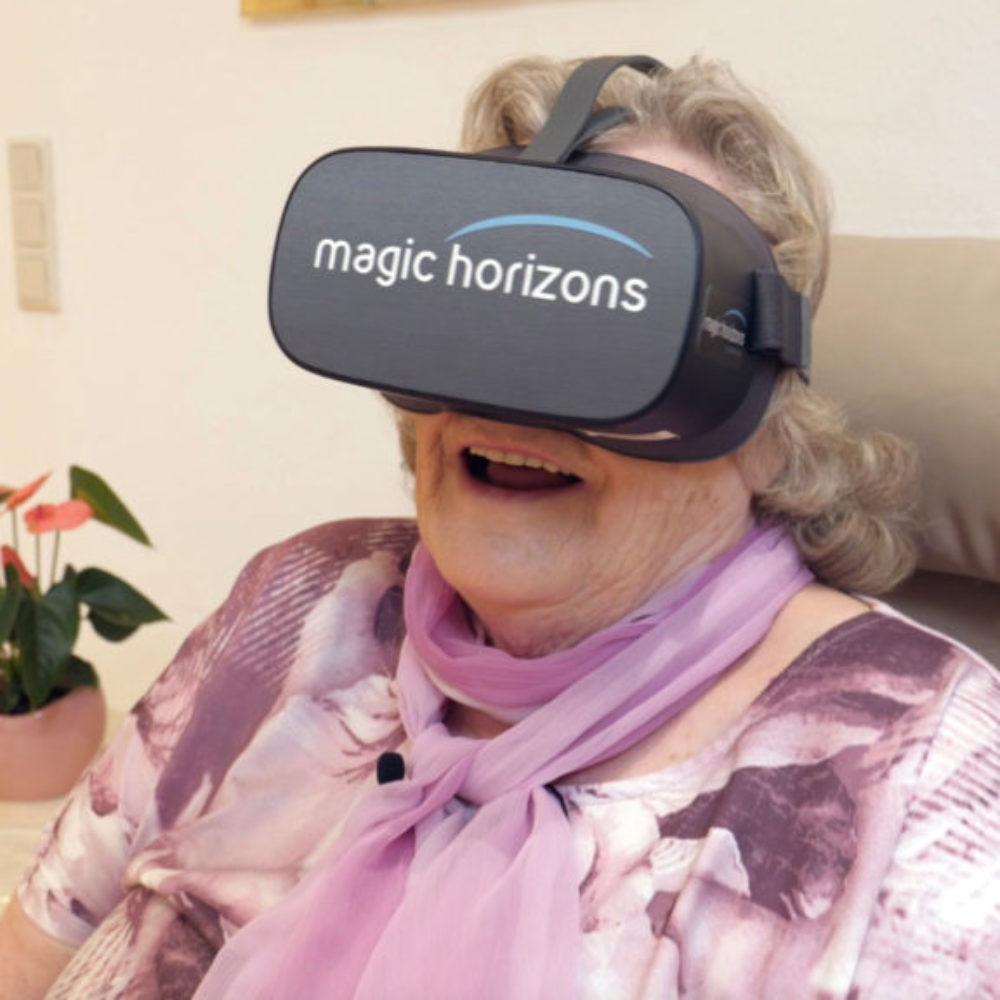 Seniorin mit VR Brille Magic Horizons