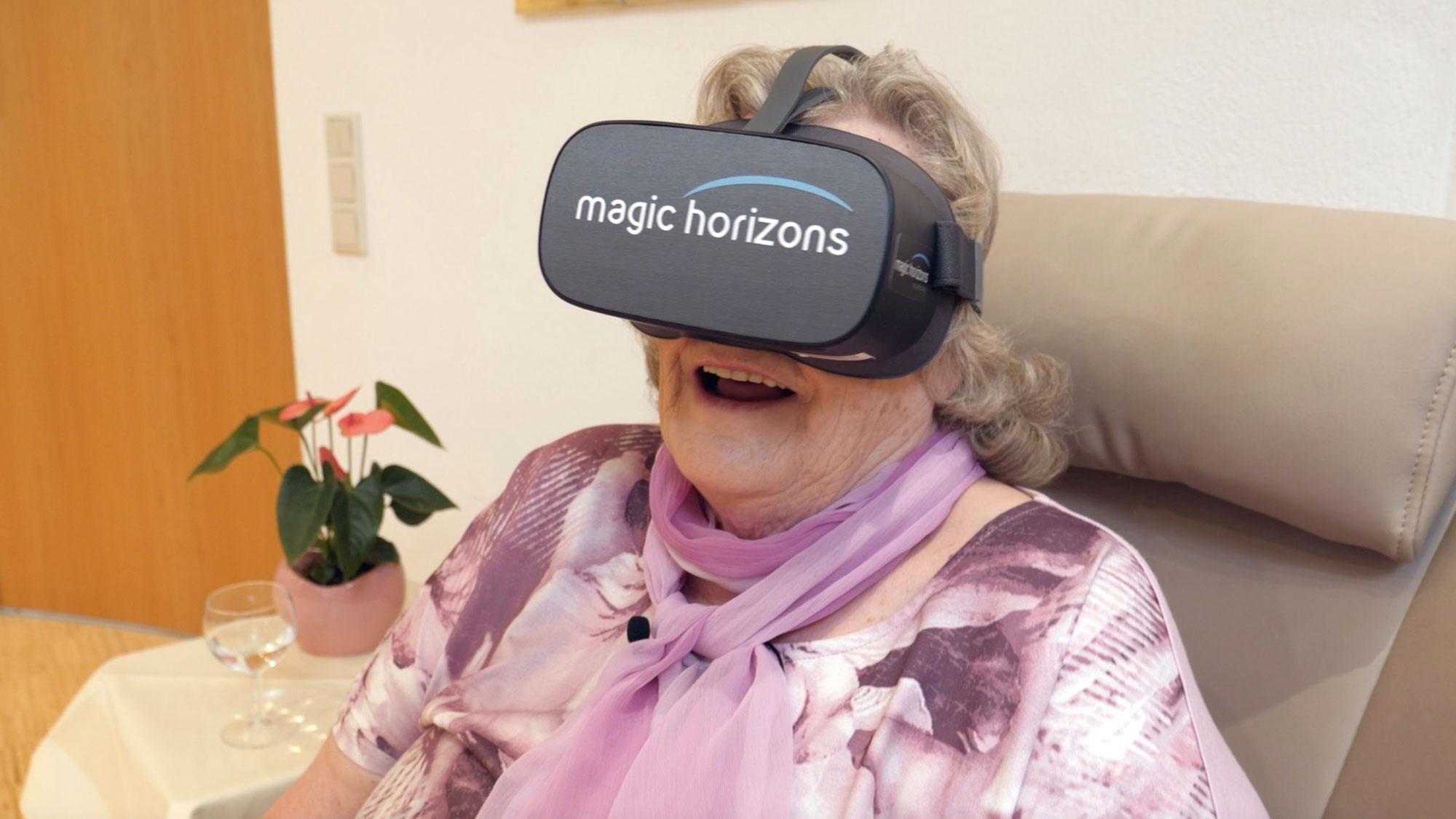 Seniorin mit VR-Brille auf einer Reise